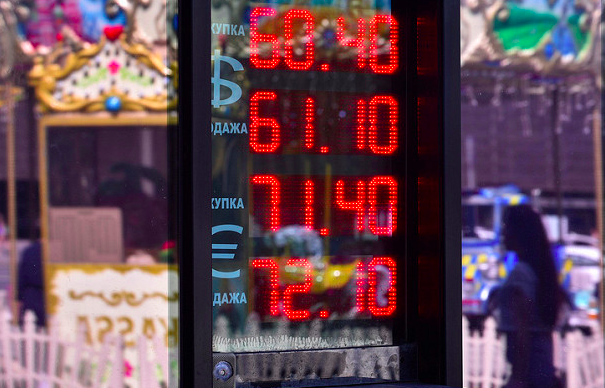 Курс евро подпрыгнул выше 70 руб. впервый раз сконца августа